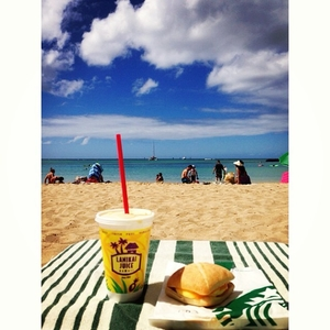 Brunch on the Beach🍹 #beach #waikiki #waikikibeach #lanikaijuice #ham #cheese #muffin #food #instafood #starbucks #brunch #oahu #honolulu #hawaii #hilton #hotel #sea #ocean #sky #cloud #summer #vacation #tc2nyc #travelc