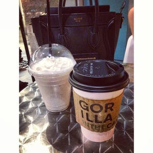Break time☕ #coffee #cafe #gorillainthecafe #honolulu #hawaii #waikiki #oahu #white #chocolate #banana #shake #break #time #celine #bag #luggage #nano #shopper #totebag #tc2nyc #travelc